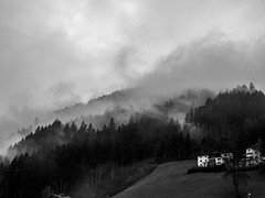 austria_living (AnteKante) Tags: winter white house black fog austria sterreich nebel dramatic wolke haus alpen zima schwarz alpe oblak apls weis kuca magla crno bijelo dramatisch dramaticno