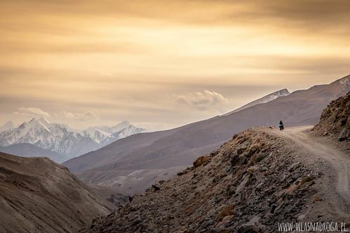 Zachód słońca z widokiem na ośnieżone szczyty gór
