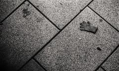 Inocence (Miki Caviedes) Tags: street blackandwhite black film shadows floor grain 400 analogue kentmere