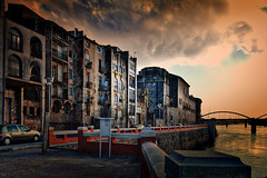 Tortosa_06 (JC Arranz) Tags: espaa rio puente atardecer rojo arquitectura edificios nikon gente ciudad ventanas nubes tarragona tortosa abandono crepsculo balcones d3200
