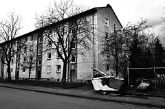 Kalkofen Kaiserslautern (formwandlah) Tags: poverty street city urban bw white black reflection strange contrast germany dark photography graffiti blackwhite high noir pentax outdoor candid streetphotography mysterious architektur gr sureal ghetto spiegelung ricoh gebude kaiserslautern abstrakt thorsten prinz melancholic armut bizarr skurril sozialer einfarbig brennpunkt mysteris strase melancholisch kalkofen formwandler asternweg geranienweg schlichtwohnungen