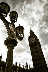 Seguimos recorriendo Londres (Leandro Fridman) Tags: sky london tower clock lights luces nikon farola torre bigben cielo londres reloj farol d60