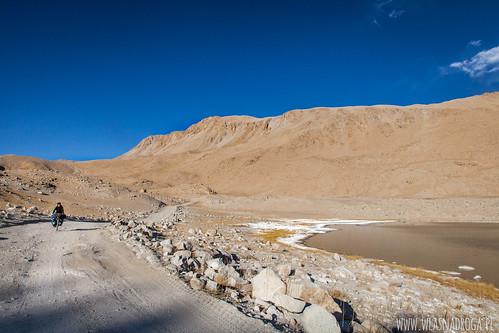 Ten biały osad dookoła jeziora to nie śnieg, a sól