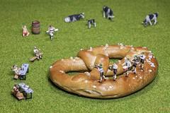 Oktoberfest (Fusselhirnchen) Tags: people little tiny makro figuren noch modellbau faller merten preiser h0 miniaturen pppies miniaturwelten