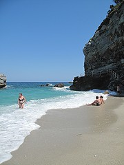 Bagnanti a Mylopotamos (sangiopanza2000) Tags: sea holiday beach mar sand rocks mare greece grecia rocce spiaggia vacanza pelion schiuma egeo mylopotamos tessaglia bagnanti sangiopanza magnissia
