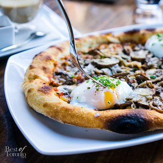 Uovo pizza - pancetta, mixed mushrooms, onions, poached eggs, red pepper & pesto hollandaise