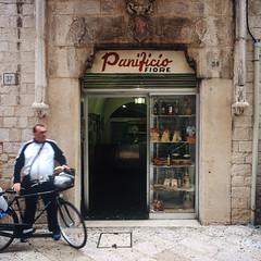Panificio Fiore (Guillaume Baurand) Tags: voyage italy 6x6 mamiya film mediumformat italia fuji mamiya6 provia puglia analogphotography italie traval baurandnet baripugliaitalyitaliaitalietravalvoyagefilmanalog photobari