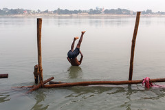 Gandak river - Sonepur, India (Maciej Dakowicz) Tags: india water rural river jump moment mela bihar sonepur gandak sonpur