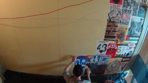 application des affiches sur le mur
