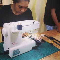 คลาสหนังเย็บมือของเรานอกจากจะเย็บมือล้วนแล้ว ยังมีแอบแถมสอนเย็บด้วยจักรแม่บ้านอีกด้วยหากนักเรียนต้องการทำซับใน แล้วค่อยไปสวมกับตัวกระเป๋าเย็บเก็บที่ปาก #craftsmangus #leathercrafts #workshop #liningworks