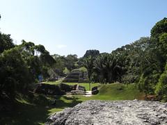 """Xunantunich: vue sur le Castillo depuis le Shifting Palace <a style=""""margin-left:10px; font-size:0.8em;"""" href=""""http://www.flickr.com/photos/127723101@N04/26134127701/"""" target=""""_blank"""">@flickr</a>"""