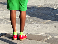 Una donna coraggiosa... (ondaeoliana) Tags: red woman verde green donna shoes legs rosso gonna gambe