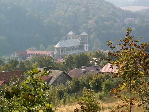 Widok na klasztor w Bardzie z kalwarii na Różańcowej