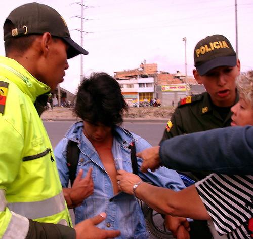 Vecinos impiden detención de un menor de edad y reclaman a policías por las lesiones que le han causado