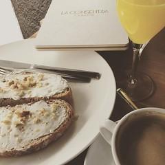 Tenemos #cafeterismo nuevo en el 15004. la Consentida.   Tostadas con pan de espelta, queso en crema, nueces y miel. Caf con soja y zumo. (Vctor Grande) Tags: square squareformat reyes iphoneography instagramapp uploaded:by=instagram