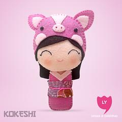 3890 (lycoisasecoisinhas) Tags: happy pig magenta felt lucky japo boneca kokeshi sorte porco lycoisasecoisinhas