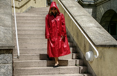 Lady in red (kleppertomanie) Tags: mac hood raincoat rainwear klepper regenmantel kleppermantel