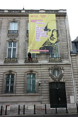 "Installation de la toile ""Shakespeare lives"" sur la faade de l'ambassade (UK in France) Tags: mtro shakespeare ratp parisien"