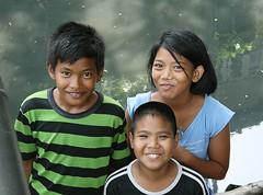 smiling children (the foreign photographer - ) Tags: smiling portraits canon children thailand three kiss bangkok khlong bangkhen thanon 400d