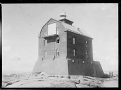 Porkkala; majakka lähikuvassa rantakalliolta takaviistosta kuvattuna (KansallisarkistoKA) Tags: lighthouse beacon 1920 majakka porkkala