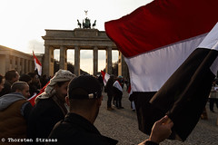 Jemeniten protestieren in Berlin gegen den Krieg im Jemen (tsreportage) Tags: usa berlin war flag rally protest brandenburggate yemen brandenburgertor mitte saudiarabia fahne flagge kundgebung victims jemen yemenites jemeniten yemeniten