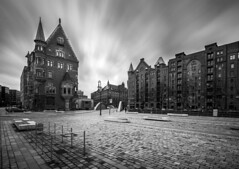 St. Annen Platz (REAL PLUS) Tags: hamburg himmel wolken stadt architektur tradition gebude speicherstadt speicher hafencity weltkulturerbe langzeitbelichtung schwarzweis stadterkundung tokina1116mm