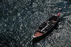 Reflets - Reflections (Solange B) Tags: bateau boat douro eau water reflets reflection lumière light tonneaux barrels vin wine porto portugal ribeira tourisme tourism voyage trip nikon d800 solangeb solangebelon