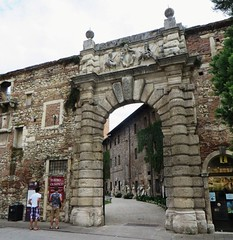 Porte d'entre, Teatro Olympico (1580-1585), Vicence, province de Vicence, Vntie, Italie. (byb64) Tags: city italien italy teatro town europa europe theater italia theatre eu ciudad courtyard unescoworldheritagesite unesco 16th thtre renaissance 1500 italie ville vicenza citta ue cour cinquecento palladio cortile rinascimento veneto antiquit quinzime renacimiento andreapalladio vicence venetien vntie teatroolympico xvie vicensa thtreolympique provinciadevicenza wiesenthein castellodelterritorio