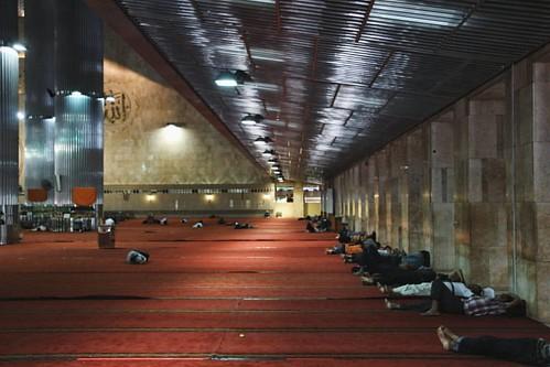 Sedih sih tempat ibadah dijadikan tempat ngadem dan untuk tidur......    #vscocam #sevenhunters #humaninterest