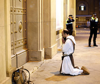 sacerdote-reza-puerta-sala-expo