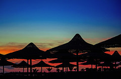 6am (werner boehm *) Tags: strand sunrise egypt sonnenaufgang gypten schirme wernerboehm