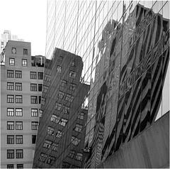 Reflets dans le Solow Building, 58th str entre 5th et 6th ave, avec sa base évasée et se vitres noirs (Barbara DALMAZZO-TEMPEL) Tags: nyc manhattan midtown reflets solowbuilding