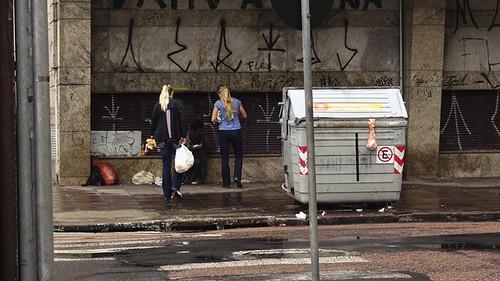 as moças com um morador de rua