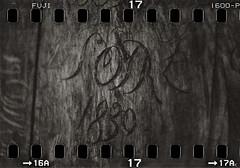 1830 (*altglas*) Tags: wood old bw film monochrome analog zeiss mediumformat alt carving 35mmfilm engraving 135 expired holz expiredfilm superikonta 1830 gravur fujineopan1600 tessar mittelformat schnitzen kleinbildfilm 53316