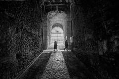 Pasadizos (MigueR) Tags: bw blancoynegro contraluz italia fuji verona piedras anfiteatro laarena pasillos xt1 samgyang12mm