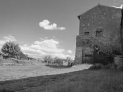 il cortile (conteluigi66) Tags: scale nuvole corte edificio prato tuscania cortile poggiolo luigiconte