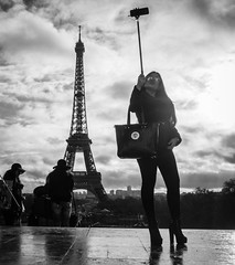 Beaut de Paris (Jan Krger) Tags: paris streetphoto eiffelturm trocadero selfie touristin