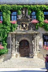 111_2836 Eingang vom Quedlinburger Rathaus, die Fassade ist mit Kletterpflanzen bewachsen - das zweigeschossige gotische Gebude ist eines der ltesten Rathuser Mitteldeutschlands. Das Eingangsportal ist von Sulen gerahmt - ber dem Portal befindet sich (stadt + land) Tags: deutschland foto eingang heinrich unesco architektur portal rathaus gebude bilder harz fassade reise weltkulturerbe denkmal hansestadt knig gotisch stadtwappen quedlinburg sule sehenswrdigkeiten gttin reichsadler sachsenanhalt landkreis rmische bewachsen eingangsportal schwarzer berfluss ltestes kletterpflanzen rathuser stdtebund abundantia zweigeschossig knigspfalz flchendenkmal niederschsischer welterbestadt brustschild quedlinburger mitteldeutschlands hansebund unescoliste krnend