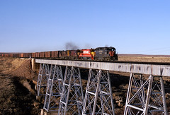Reefer Madness (GRNDMND) Tags: newmexico trains sp logan ge railroads rockisland crip southernpacific espee emd gp35 u25b locvomotive