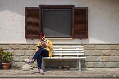 La cultura e la noia (Promix The One) Tags: muro ombra riposo finestra sole gatto lettura noia cultura luce cucina lazio rivista ricetta cuoca panchina canoneos1dsmarkii sorafr tamromsp2470f28divcusd