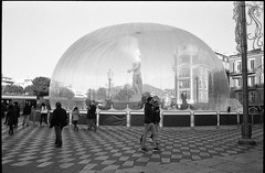 In his own bubble - Place Massena - Nice (waex99) Tags: leica xmas france color film nice holidays riviera place cannes voigtlander trix noel bubble m4 bulle 400iso skopar 2015 appolo appolon 21mmf4 mass130na