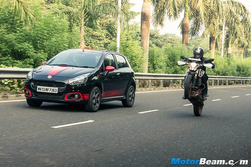 Fiat-Punto-Abarth-vs-KTM-Duke-390-08