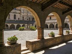Il chiostro dell'Abbadia di Fiastra (giorgiorodano46) Tags: summer italy estate july marche chiostro monastero abbadia abbazia fiastra luglio2007 giorgiorodano