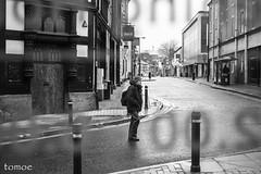A travs (Natalia Lozano) Tags: street england bw blancoynegro window monochrome ventana calle warrington s bn cristal bnw moncromo