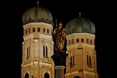 Türme der Frauenkirche in München und Mariensäule (Magdeburg) Tags: night dark munich münchen bayern bavaria photo foto darkness shot nacht scene fotos nightscene nightphoto frauenkirche marienplatz dunkel nachtaufnahme nachts aufnahme nachtfoto nachtfotos frauenkirchemünchen münchennacht münchenmarienplatz fotomünchen nachtsmünchen nachtaufnahmemünchen darkmünchen münchendarkness dunkelmünchen nachtfotomünchen