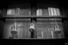Lampions noir et blanc (Francis Tanahauser) Tags: rue fentre lampion