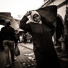 Le fardeau (cafard cosmique) Tags: africa street portrait portraits photography photo foto image northafrica retrato femme streetphotography portrt morocco maroc maghreb portret marruecos ritratto essaouira marokko marrocos afrique      fardeau