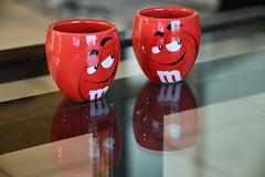 Tête à tête (Hélèna du 40) Tags: rouge mms miroir reflets intérieur tasses