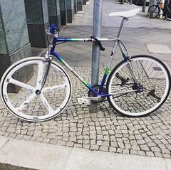 Thx to @yekekeberlin #bikepunk #recycle #makia #monkeylectric #off #berlincycles #follow #bike #berlin #fixie #rennrad #street #cycling #bicycle #fixedgear #velo #race #love #cyclingunited (BERLIN CYCLES) Tags: berlin hipster fixedgear fixies speedbikes berlincycles