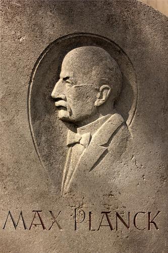 "Max-Planck-Denkmal (05) • <a style=""font-size:0.8em;"" href=""http://www.flickr.com/photos/69570948@N04/25959787863/"" target=""_blank"">Auf Flickr ansehen</a>"